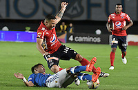 BOGOTA - COLOMBIA -20 -11-2016: Oscar Barreto (Izq) jugador de Millonarios disputa el balón con Luis C Arias (Der) jugador de Independiente Medellín durante partido por la fecha 20 de la Liga Aguila II 2016 jugado en el estadio Nemesio Camacho El Campin de la ciudad de Bogota./ Oscar Barreto (L) player of Millonarios fights for the ball with Luis C Arias (R) player of Independiente Medellin during match for the date 20 of the Liga Aguila II 2016 played at the Nemesio Camacho El Campin Stadium in Bogota city. Photo: VizzorImage / Gabriel Aponte / Staff.