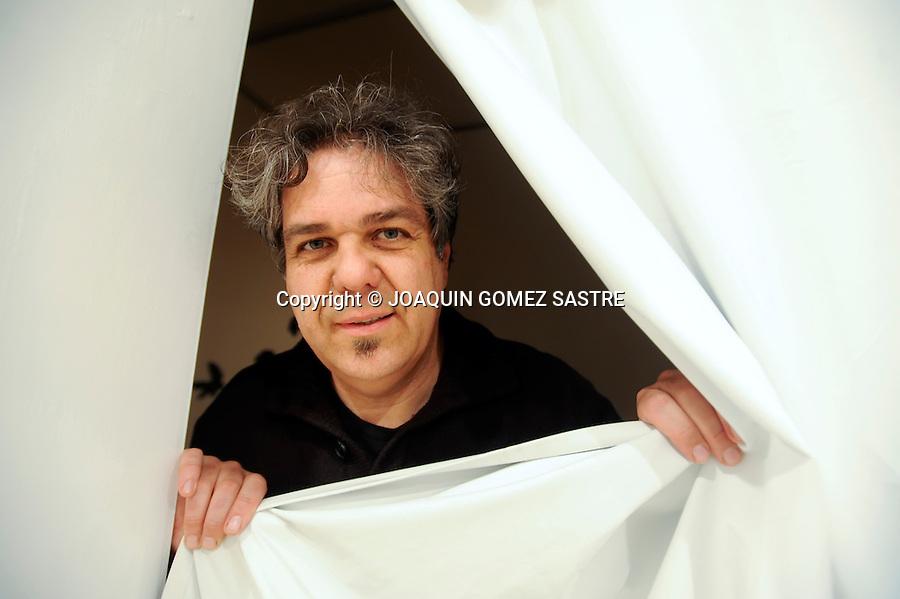 """SANTANDER.El pintor Juan Ugalde presenta en el museo de Arte de Santander su exposicion """"TIRANDO AL BLANCO"""".foto JOAQUIN GOMEZ SASTRE©"""
