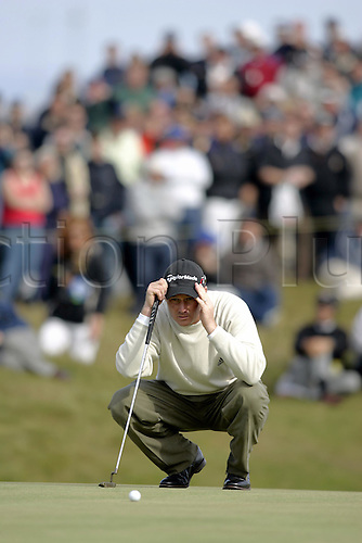 18 July 2004: American golfer TODD HAMILTON (USA) lines up a putt during his final round of 69 in The Open Championship, played at Royal Troon, Scotland. Hamilton and Els tied on 274, with Hamilton winning after a four hole play-off Photo: Glyn Kirk/Action Plus...golf golfers 040718 putting putt putts british