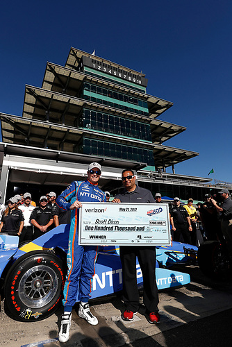 Verizon IndyCar Series<br /> Indianapolis 500 Qualifying<br /> Indianapolis Motor Speedway, Indianapolis, IN USA<br /> Sunday 21 May 2017<br /> Scott Dixon, Chip Ganassi Racing Teams Honda is presented with P1 award check for $100,000 by Steven Williams of Verizon<br /> World Copyright: Michael L. Levitt<br /> LAT Images<br /> ref: Digital Image levitt-0517-ims_50157
