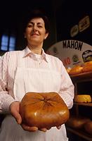 Europe/Espagne/Baléares/Minorque/Mahon : Le marché du cloître - Yoana Tudun Feber épicière présentant un fromage de Mahon