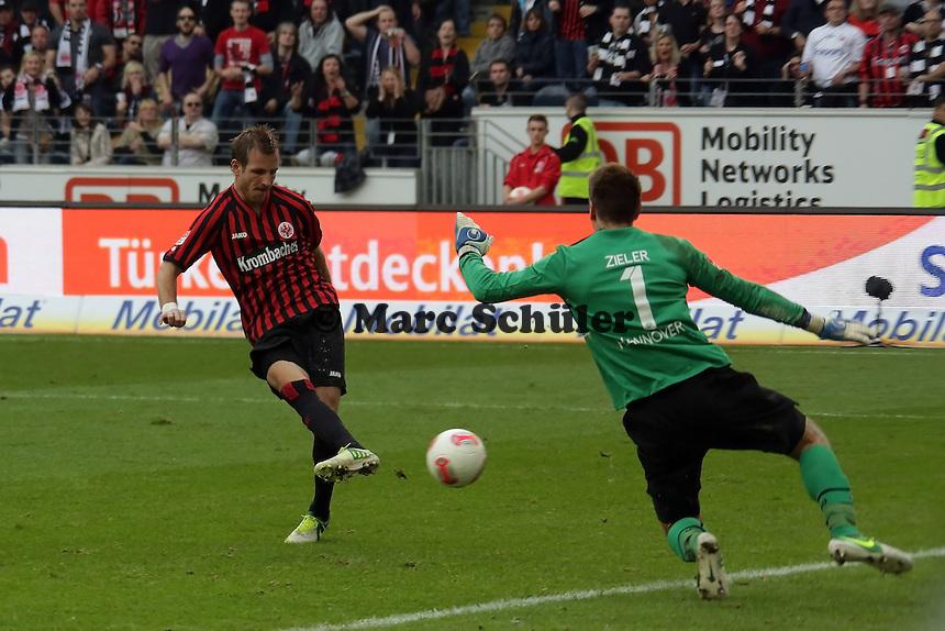 Stefan Aigner (Eintracht) scheitert frei vor Ron-Robert Zieler (Hannover)