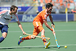 The Hague, Netherlands, June 13: Robert van der Horst #24 of The Netherlands dribbles the ball during the field hockey semi-final match (Men) between The Netherlands and England on June 13, 2014 during the World Cup 2014 at Kyocera Stadium in The Hague, Netherlands. Final score 1-0 (1-0)  (Photo by Dirk Markgraf / www.265-images.com) *** Local caption *** David Condon #22 of England, Robert van der Horst #24 of The Netherlands