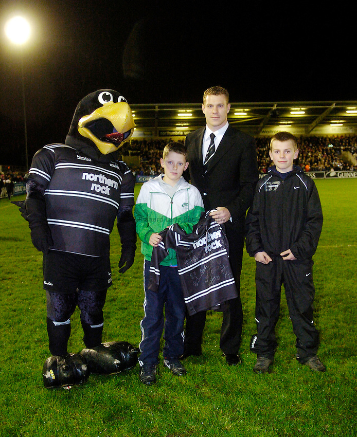 Photo: Jed Wee...Newcastle Falcons v NEC Harlequins. Guinness Premiership. 11/11/2006.....Half time presentations with Anthony Elliott.