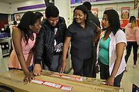 SÃO PAULO,SP,11 JANEIRO 2013 - MEGALIQUIDAÇÃO MAGAZINE LUIZA - Pamela Reis (e) junto com sua mãe (c) eles que que chegar  terça feira (08)  par prticipar na manhã de hoje durante a megaliquidação na  Magazine luiza do Shopping Aricanduva na zona leste  .FOTO ALE VIANNA - BRAZIL PHOTO PRESS.