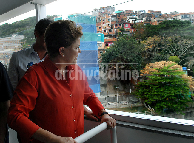 Presidential candidate Dilma Roussef of PT, Partido dos Trabalhadores, (Workers Party) visits the Cantagalo slum during a campaign rally, Rio de Janeiro, Brazil, September 25, 2010. Brazil will hold presidential elections on October 3. (Austral Foto/Renzo Gostoli)