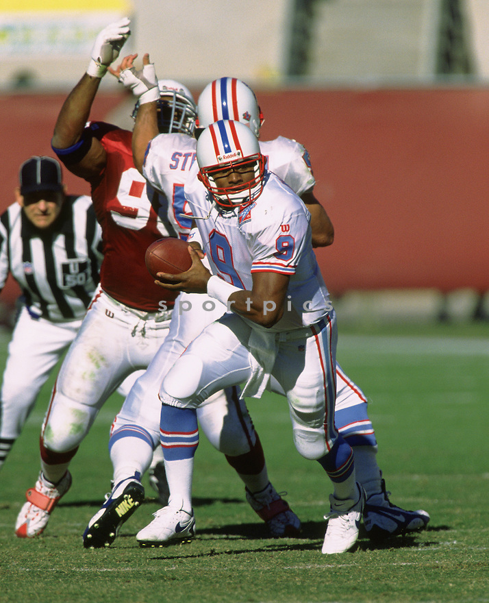 Tennessee Oilers Warren Moon (1) during a game from his 1997 season with the  Tennessee Oilers. Warren Moon played for 17 years, with 4 different teams, was a 9-time Pro Bowler and inducted to the Pro Football Hall of Fame in 2006.(SportPics)