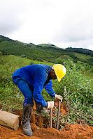 Santos Dumont_MG, Brasil...Operario trabalhando na eletrificacao rural proximo a Santos Drumont...The worker working in rural electrification near to Santos Drumont. ..Foto: LEO DRUMOND / NITRO