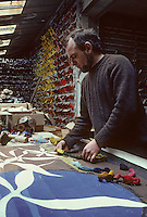 Europe/France/Limousin/23/Creuse/Aubusson : Atelier Tabard - Assortissement des couleurs<br /> PHOTO D'ARCHIVES // ARCHIVAL IMAGES<br /> FRANCE 1980