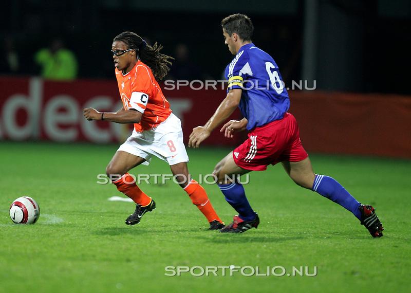 Nederland, Utrecht, 3 september 2004.Oefeninterland.Nederland - Liechtenstein (3-0).Edgar Davids (links) van Nederland omspeelt Martin Stocklasa van Liechtenstein.
