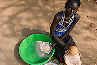 ETHIOPIA Gambela, village of Anuak tribe, woman making flour in mortar / AETHIOPIEN Gambela, Dorf der Anuak Volksgruppe, Frau zerstampft Getreide zu Mehl in einem Moerser