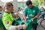 06.07.2019, Parkstadion, Zell am Ziller, AUT, TL Werder Bremen - Tag 03<br /> <br /> Von Bremen mit dem Rad ins Zillertal - auch ein Gabelbruch kurz vor Hannover konnte ihn nicht stoppen.<br /> <br /> Nach 870 km auf dem Rad in acht Tagen _ davon drei Tage Zwangspause in Hannover kam der Werder Fan Maik Kuntze erschöpft und vom Sturz gekennzeichnet in Zell am Ziller an. Seine ersten Worte - ich brauche nun erstmal eine Dusche - und wie bekomme ich mein Rad wieder nach Hause.<br /> <br /> Da der Gabelbruch einiges aus der Reisekasse gekostet hat, sammelten sofort Fan Mitglieder einen ansehnlichen dreistelligen Betrag<br /> <br /> im Bild / picture shows <br /> <br /> Maik Kuntze Traum das neue Trikot mit der 14 und Pizarro von ihm zu bekommen - ging schnell in Erfüllung<br /> <br /> <br /> Foto © nordphoto / Kokenge