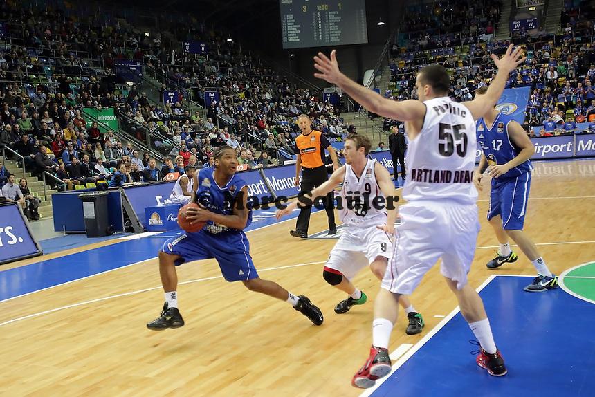 Quantez Robertson (Skyliners) gegen Petar Popovic (Artland)