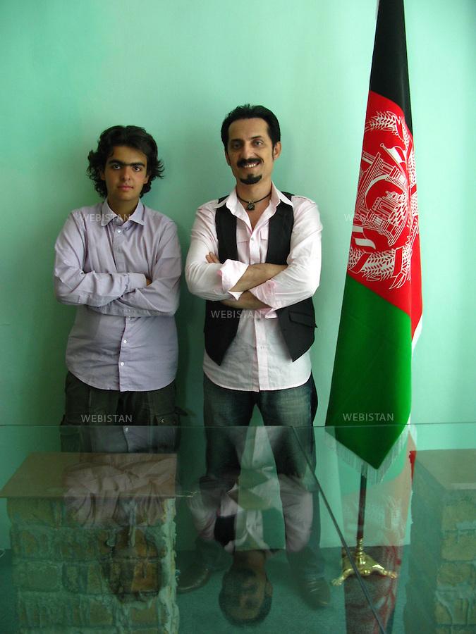 """AFGHANISTAN - KABOUL - 19 aout 2009 : Bureau de l'association Koucheh (""""la ruelle"""") de Farhad Darya, chanteur americano-afghan. .Delazad Deghati et Farhad Darya avant l'enregistrement d'un message de paix et d'unite nationale. ..AFGHANISTAN - KABUL - August 19th, 2009 : At the offices of Koucheh (""""the alley""""), the organization of popular Afghan-American singer Farhad Darya. .Delazad Deghati and Farhad Darya before Darya records his message of peace and national unity."""