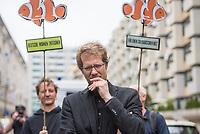 """Der Immobilienkonzern """"Deutsche Wohnen"""" will einen denkmalgeschuetzten Wohnblock mit 527 Wohnungen im Kreuzberger Milieuschutzgebiet kaufen.In dem Wohnblock in der Friedrichstrasse leben ca.1500 Menschen. Die Immobilien-Agentur Engel & Voelkers will den Block mit 22 Wohnhaeusern aus den 1970er Jahren im Auftrag einer Koelner Unternehmensgruppe als sog. Share-Deal verkaufen. Dies hebelt die Beschraenkungen im Milieuschutzgebiet aus, die Stadt koennte nicht von ihrem Vorkaufsrecht Gebrauch machen und und der Staat bekaeme auf Grund eine legalen Steuertricks keine Grunderwerbsteuer.<br /> Dagegen gingen am Freitag den 31. Mai 2019 Bewohner des Wohnblocks auf die Strasse.<br /> Im Bild: Kreuzbergs Baustadtrat Florian Schmidt (Gruene).<br /> 31.5.2019, Berlin<br /> Copyright: Christian-Ditsch.de<br /> [Inhaltsveraendernde Manipulation des Fotos nur nach ausdruecklicher Genehmigung des Fotografen. Vereinbarungen ueber Abtretung von Persoenlichkeitsrechten/Model Release der abgebildeten Person/Personen liegen nicht vor. NO MODEL RELEASE! Nur fuer Redaktionelle Zwecke. Don't publish without copyright Christian-Ditsch.de, Veroeffentlichung nur mit Fotografennennung, sowie gegen Honorar, MwSt. und Beleg. Konto: I N G - D i B a, IBAN DE58500105175400192269, BIC INGDDEFFXXX, Kontakt: post@christian-ditsch.de<br /> Bei der Bearbeitung der Dateiinformationen darf die Urheberkennzeichnung in den EXIF- und  IPTC-Daten nicht entfernt werden, diese sind in digitalen Medien nach §95c UrhG rechtlich geschuetzt. Der Urhebervermerk wird gemaess §13 UrhG verlangt.]"""