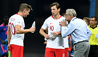 KAZAN - RUSIA, 24-06-2018: Adam NAWALKA técnico de Polonia da instrucciones a Grzegorz KRYCHOWIAK y Lukasz PISZCZEK durante partido de la primera fase, Grupo H, contra de Colombia por la Copa Mundial de la FIFA Rusia 2018 jugado en el estadio Kazan Arena en Kazán, Rusia. /  Adam NAWALKA coach of Polonia give directions to Grzegorz KRYCHOWIAK, Lukasz PISZCZEK during match of the first phase, Group H, for the FIFA World Cup Russia 2018 played at Kazan Arena stadium in Kazan, Russia. Photo: VizzorImage / Julian Medina / Cont