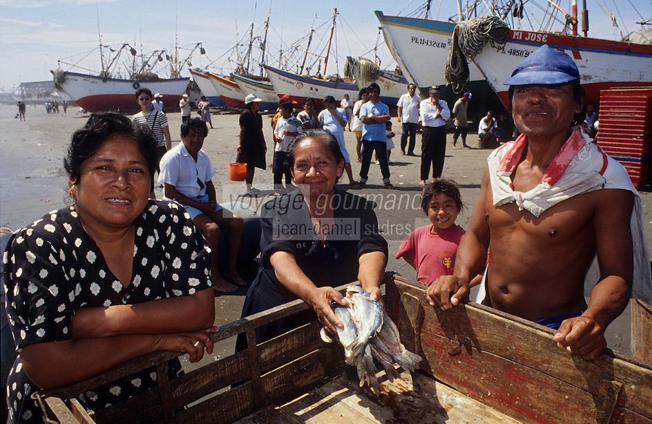 Amérique/Amérique du Sud/Pérou/Lima/env de Chiclayo : Santa Rosa - Retour d'un bateau de pêche - Chargement des poissons