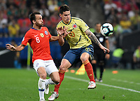SAO PAULO – BRASIL, 28-06-2019: James Rodriguez de Colombia disputa el balón con Jose Pedro Fuenzalida de Chile durante partido por cuartos de final de la Copa América Brasil 2019 entre Colombia y Chile jugado en el Arena Corinthians de Sao Paulo, Brasil. / James Rodriguez of Colombia vies for the ball with Jose Pedro Fuenzalida of Chile during the Copa America Brazil 2019 quarter-finals match between Colombia and Chile played at Arena Corinthians in Sao Paulo, Brazil. Photos: VizzorImage / Julian Medina / Cont /