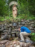 Deutschland, Bayern, Oberbayern, Berchtesgadener Land, bei Hintergern (Berchtesgaden): Almbachklamm mit Irlmaier Madonna, deren Quellwasser heilender Kraefte nachgesagt werden   Germany, Bavaria, Upper Bavaria, Berchtesgadener Land, near Hintergern (Berchtesgaden): Almbachklamm with Irlmaier Madonna