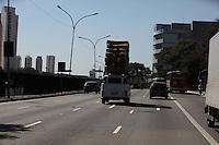 SAO PAULO, SP, 13/08/2012, VEICULO EXCESSO DE ALTURA. Na tarde dessa Segunda feira(13) na Av. Radial Leste, uma Kombi com Excesso de altura foi vista trafegando tranquilamente, por várias vezes a carga chegava muito proximo a  estrutura dos viadutos da região. Luiz Guarnieri/ Brazil Photo Press