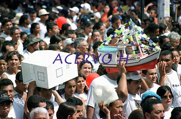 Durante o cortejo do C&iacute;rio de Nossa Senhora de Nazar&eacute; os fi&eacute;is levam na cabe&ccedil;a o pagamento de gra&ccedil;as alcan&ccedil;adas. A romaria com cerca de 1.500.000 de pessoas &eacute; considerada uma das maiores prociss&otilde;es religiosas do planeta.<br />Bel&eacute;m, Par&aacute;, Brasil -<br />14/10/2001<br />&copy;Foto: Paulo Santos/Interfoto