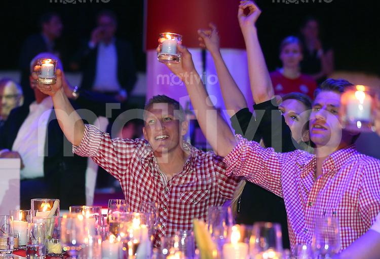 FUSSBALL   1. BUNDESLIGA   SAISON 2013/2014  34. SPIELTAG Deutscher Meister 14/15 FC Bayern Muenchen        10.05.2014 FC Bayern Bankett im Postpalast; Bastian Schweinsteiger (li) mit Freundin Sarah Brandner (Mitte) und Thomas Mueller (re) feiern die Meisterschaft