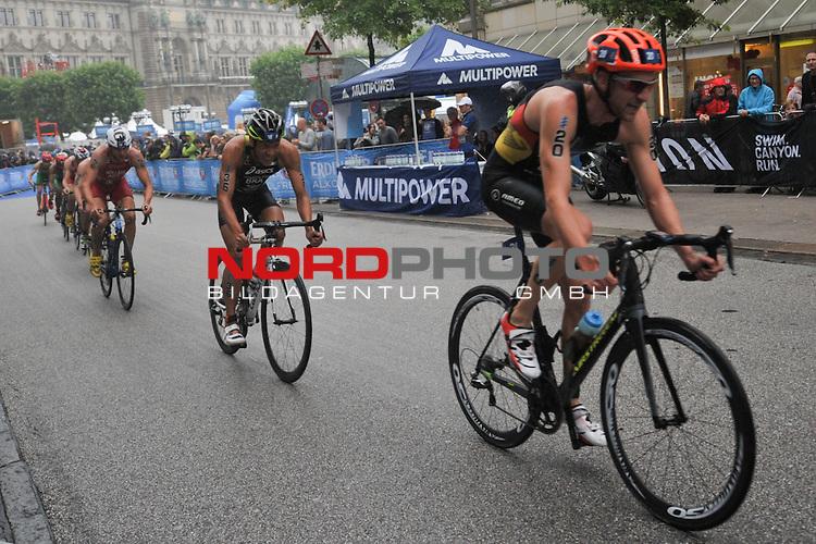 20160716,  Innenstadt, Hamburg, GER, Hamburg Wasser World Triathlon, Elite Maenner Sprintdistanz, im Bild das Feld auf dem Fahrrad Foto © nordphoto / Witke