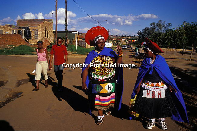 dicuzul00025 Culture Zulu Two women dressed in traditional Zulu dress are going to a Zulu wedding in Soweto, SA. Many people come from rural areas to Johannesburg to look for work. .©Per-Anders Pettersson/iAfrika Photos