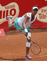 BOGOTA - COLOMBIA - 16-04-2016: Paula Goncalves de Brasil, sirve a Silvia Soler de España, durante partido por el Claro Colsanitas WTA, que se realiza en el Club El Rancho de Bogota. / Paula Goncalves of Brazil, serves to Silvia Soler of Spain, during a match for the WTA Claro Colsanitas, which takes place at Club El Rancho de Bogota. Photo: VizzorImage / Luis Ramirez / Staff.