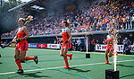 Den Bosch  -  Nederland, , Kyra Fortuin (Ned) , Felice Albers (Ned) , Lauren Stam (Ned)    betreedt het veld, met vuurwerk,    voor  de Pro League hockeywedstrijd dames, Nederland-Belgie (2-0).  COPYRIGHT KOEN SUYK