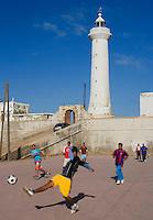 Afrique/Afrique du Nord/Maroc/Rabat: Partie de football un samedi matin devant le phare