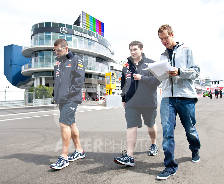 21.07.2011, Nuerburgring, Adenau, GER, F1, Grosser Preis von Deutschland, Nürburgring, Streckenbesichtigung der Fahrer, im Bild Sebastian Vettel (GER), Red Bull Racing-Renault geht mit Teamkollegen die Strecke ab// during circuit inspection at Formula One Championships 2011 German Grand Prix held at the Nuerburgring, Adenau, Germany, 21/7/2011, EXPA Pictures © 2011, PhotoCredit: EXPA/ J. Groder