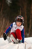 Håvar Ringen tar på seg skiene på toppen av bakken. Hopp i Linderudkollen. Telenorkarussel