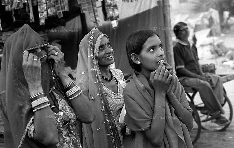 11.2008  Pushkar (Rajasthan)<br /> <br /> Women watching merry-go-round during the annual fair.<br /> <br /> Femmes regardant le man&egrave;ge pendant la foire annuelle.