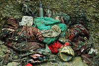 Bratunac / Republika Srpska 2005.<br /> Apertura di una fossa comune con vittime bosniache uccise durante il luglio 1995.<br /> Il lavoro degli anatomopatologi dell'ICMP è reso ancora più diffcile dalla terribile strategia operata dai serbo-bosniaci per confondere le tracce dei crimini commessi. Le fosse furono riaperte più volte e vennero portati resti in altri luoghi.<br /> Opening of a mass grave with Bosnian victims killed during July 1995.<br /> The work of pathologists of the ICMP is made even more diffcult by the terrible strategy operated by Bosnian Serbians to confuse the traces of the crimes committed. The mass graves were reopened several times in recent years and remains were taken to other places. <br /> Photo Livio Senigalliesi