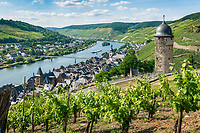 Deutschland, Rheinland-Pfalz, Moseltal, Zell an der Mosel mit dem Pulverturm | Germany, Rhineland-Palatinate, Moselle Valley, Zell at river Moselle with landmark Powder Tower