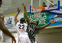 MANIZALEZ -COLOMBIA-06-05-2013. Room Rafael Sanders (I) de Once Caldas va por un balón perdido contra el jugador Desmond Blue (D) de Academia durante partido de la fecha 11 fase II de la  Liga DirecTV de baloncesto Profesional de Colombia realizado en el coliseo Municipal de Caldas./ Room Rafael Sanders (L) of Once Caldas goes for a loose ball against Academia player Desmond Blue (R) during match of the 11th date phase II of  DirecTV professional basketball League in Colombia at Municipal coliseum in Manizales. Photo: VizzorImage/Yonboni/STR