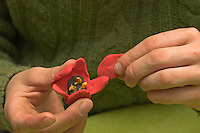 Kinder basteln Frühjahrsblumen aus Knete, Bastelei, Kind formt Tulpen-Blüte