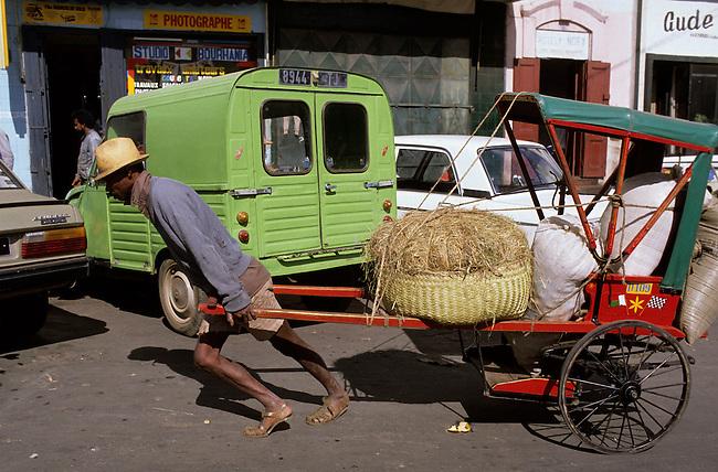Scene de marche sur le Zoma, le plus grand marche du monde a Antananarivo. *** Street market. Zoma is the biggest market of the world, Antananarivo.