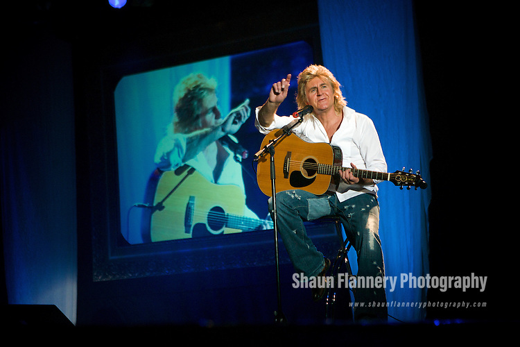 Pix: Shaun Flannery/shaunflanneryphotography.com...COPYRIGHT PICTURE>>SHAUN FLANNERY>01302-570814>>07778315553>>..15th November 2007..........Firefly Fashion Show, Doncaster Dome..Local musician John Parr performs with the models.