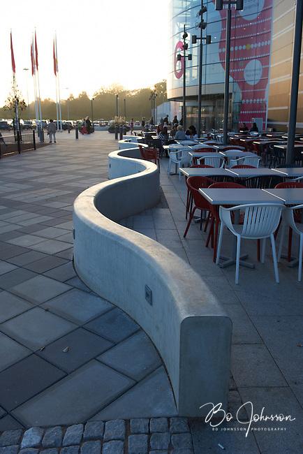 Slingrande betongmur pa Vala Centrum i Odakra, Helsingborg.<br /> Tillverkad prefabricerad av S:t Eriks at Skanska Sverige AB.