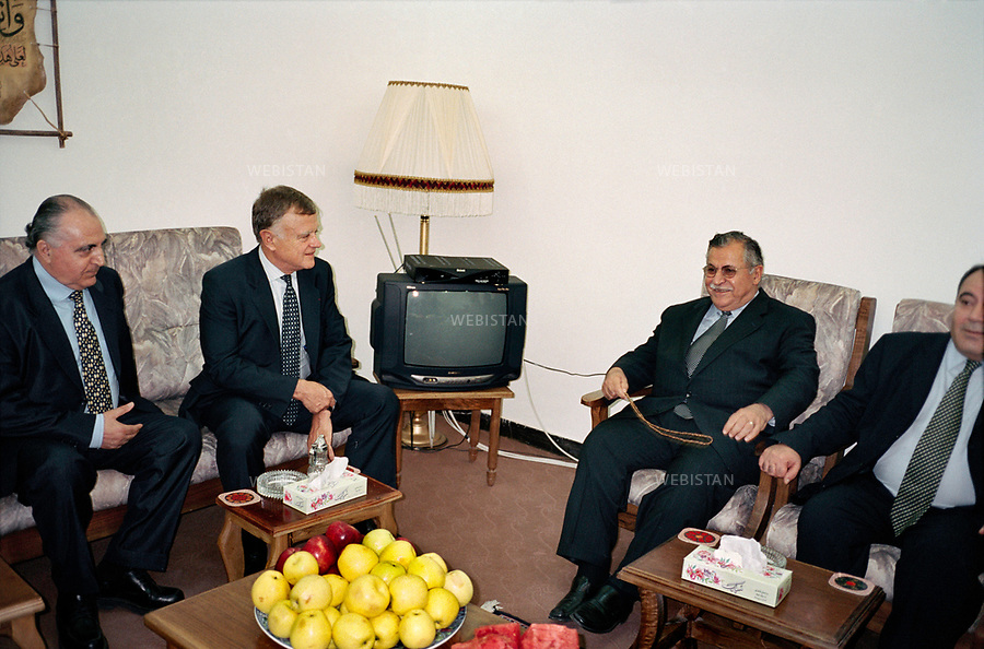 Irak, Souleymanye, Octobre 2002<br />R&eacute;union dans le bureau de Jalal Talabani (&agrave; droite du t&eacute;l&eacute;viseur), fondateur de l&rsquo;Union Patriotique du Kurdistan (UPK), en compagnie de Saadi Ahmad Pira (droite), membre du parti devenu depuis son porte-parole officiel, et de Aymeri Francis Andr&eacute; Philippe de Montesquiou (gauche du t&eacute;l&eacute;viseur), homme politique fran&ccedil;ais, membre du Parti radical et ancien vice-pr&eacute;sident du groupe du Rassemblement d&eacute;mocratique et social europ&eacute;en. A gauche, Ali Qazi Muhammad, fils du premier pr&eacute;sident de la R&eacute;publique de Mahabad ou R&eacute;publique du Kurdistan. Il resta en poste un an, et fut arr&ecirc;t&eacute; apr&egrave;s la reconqu&ecirc;te iranienne, puis ex&eacute;cut&eacute; par pendaison en 1947.<br />Pr&eacute;sident de la R&eacute;publique d&rsquo;Irak de 2005 &agrave; 2014, Jalal Talabani est mort &agrave; l'&acirc;ge de 83 ans mardi 3 octobre 2017. Victime d'une attaque cardiaque en 2012, son &eacute;tat s'&eacute;tait consid&eacute;rablement aggrav&eacute;, n&eacute;cessitant qu'il soit transport&eacute; en Allemagne peu avant le r&eacute;f&eacute;rendum pour l'autonomie du Kurdistan irakien du 25 septembre 2017.<br />N&eacute; en 1933, il &eacute;tait per&ccedil;u comme le v&eacute;ritable rival de l'actuel pr&eacute;sident du Kurdistan irakien, Massoud Barzani. Il avait combattu en personne durant la grande r&eacute;volte kurde de 1961, et s'&eacute;tait dress&eacute; contre Saddam Hussein et l'oppression de ses troupes &agrave; l'encontre du peule kurde. <br /><br />Iraq, Sulaymaniyah, October 2002<br />Meeting in Jalal Talabani's office (on the right of the TV), founder of the Patriotic Union of Kurdistan (PUK), with Saadi Ahmad Pira (right), a member of the party who has become its official spokesman, and Aymeri Francis Andr&eacute; Philippe de Montesquiou (left of the TV), French politician, member of the Radical Party and former vice-
