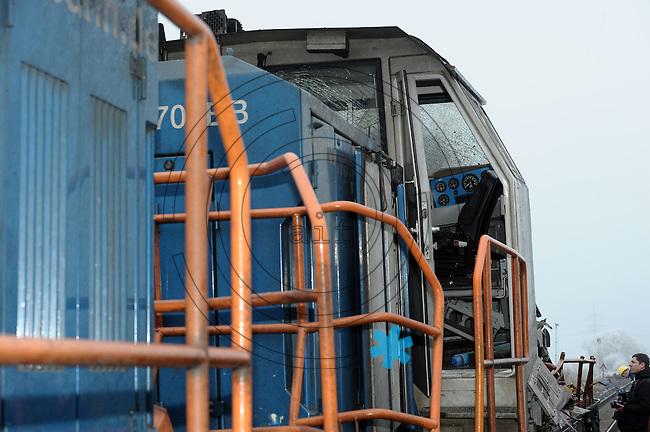 Zugunglück bei Hordorf (Sachsen-Anhalt bei Oschersleben) - am Abend des 29.1.2011 stießen ein Güterzug und ein Regionalzug auf der eingleisigen Strecke frontal zusammen - 10 Menschen starben über 20 wurden zum Teil schwer verletzt - im Bild: Bilder von der Unglücksstelle - der Triebwagen liegt neben den Gleisen auf dem Dach - die Einsatzkräfte der Polizei, der Feuerwehr und des THW sind mit der Spurensicherung und Bergung beschäftigt - eine der Unfall-Loks wird rangeschleppt . Foto: Norman Rembarz...