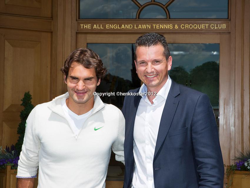 20-06-12, England, London, Wimbledon, Tennis, Toernooi Directeur van het ABNAMROWTT Richard Krajicek met zijn aanwinst voor het komende 40 jarige jubileum Roger Federer voor het clubhuis van Wimbledon.