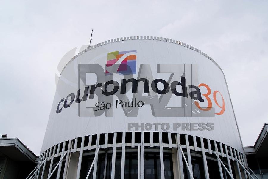 SAO PAULO, SP, 17 DE JANEIRO 2012 - COURO MODA -Esta ocorrendo no Parque de Exposições do Anhembi, na ZOna Norte da Capital de 16 a 19 de janeiro, a maior feira de lançamentos de moda e desenvolvimento de negócios no setor de calçados e artigos de couro das Américas, a Couro Moda.O Segundo mais influente evento especializado em calçados no mundo. Apresenta coleções da indústria para o primeiro semestre de 2012. (FOTO: DEBBY OLIVEIRA - NEWS FREE).