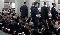 Il presidente egiziano Mohamed Morsi, in basso, quarto da sinistra, siede tra i fedeli radunati all'interno della Grande Moschea sotto lo sguardo delle guardie del corpo, a Roma, 14 settembre 2012..Egyptian President Mohamed Morsi, bottom, fourth from left, sits among faithful gathered inside the Great Mosque as bodyguards stand, in Rome, 14 September 2012..UPDATE IMAGES PRESS/Riccardo De Luca