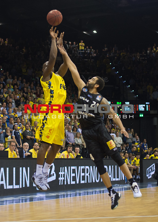 10.05.2019, EWE Arena, Oldenburg, GER, easy Credit-BBL, EWE Baskets Oldenburg vs Mitteldeutscher BC, im Bild<br /> zu spaet am Gegner<br /> Rickey PAULDING (EWE Baskets Oldenburg #23 ) Andrew WARREN (Mitteldeutscher BC #24 )<br /> Foto © nordphoto / Rojahn
