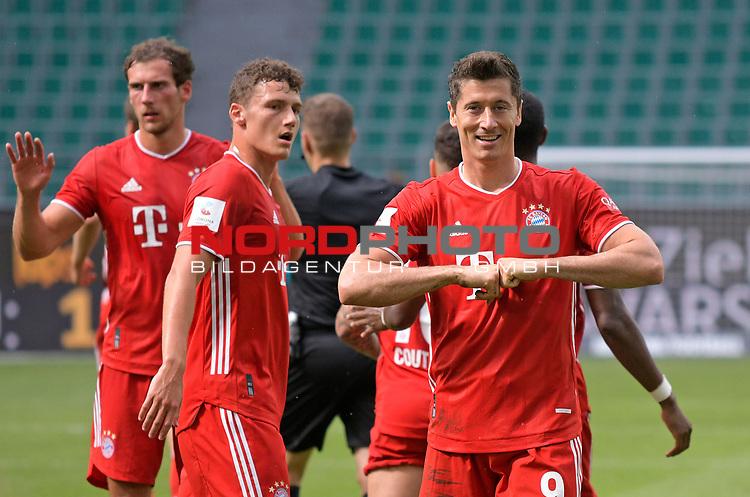 27.06.2020, Fussball: nph00001 1. Bundesliga 2019/2020, 34. Spieltag, VfL Wolfsburg - FC Bayern Muenchen, in der Volkswagen-Arena Wolfsburg. Jubel (L-R) Leon Goretzka (Bayern MŸnchen), Benjamin Pavard (Bayern MŸnchen) und TorschŸtze Robert Lewandowski (Bayern MŸnchen) zum Tor zum 0:3 per Foulelfmeter<br /><br />Foto: Bernd Feil/M.i.S./ /Pool/nordphoto<br /><br />Nur fŸr journalistische Zwecke! Only for editorial use! <br /><br />GemŠ§ den Vorgaben der DFL Deutsche Fussball: nph00001 Liga ist es untersagt, in dem Stadion und/oder vom Spiel angefertigte Fotoaufnahmen in Form von Sequenzbildern und/oder videoŠhnlichen Fotostrecken zu verwerten bzw. verwerten zu lassen. DFL regulations prohibit any use of photographs as image sequences and/or quasi-video.    <br /><br />National and international NewsAgencies OUT.