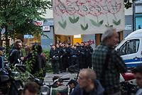 Am Pfingstsonntag den 20. Mai 2018, wurden in Berlin mehrere Haeuser besetzt. Mit dieser Aktion wollten die Besetzer ein Zeichen gegen Verdraengung und Wohnungsnot setzen. Um 21 Uhr raeumte die Polizei zeitgleich in den Bezirken Kreuzberg und Neukoelln die Besetzungen, nachdem auf Druck des Senat die landeseigenen und privaten Eigentuemer Strafantrag und ein schriftliches Raeumungsbegehren gestellt hatten.<br /> Im Bezirk Kreuzberg wurde in der Reichenbergerstrasse 114 ein seit vielen Jahren leer stehender Ladenraum besetzt. Die Besetzer wollten in den Raeumen einen Stadtteilladen einrichten. Bei der Raeumung wurden mehrere Personen durch Tritte und Schlaege von Polizeibeamten und durch den Einsatz von Pfefferspray verletzt.<br /> Besitzer der Reichenbergerstrasse 114 ist die , der Akelius GmbH.<br /> Im Bild: Polizeibaemte haben sich zur Raeumung aufgestellt.<br /> 20.5.2018, Berlin<br /> Copyright: Christian-Ditsch.de<br /> [Inhaltsveraendernde Manipulation des Fotos nur nach ausdruecklicher Genehmigung des Fotografen. Vereinbarungen ueber Abtretung von Persoenlichkeitsrechten/Model Release der abgebildeten Person/Personen liegen nicht vor. NO MODEL RELEASE! Nur fuer Redaktionelle Zwecke. Don't publish without copyright Christian-Ditsch.de, Veroeffentlichung nur mit Fotografennennung, sowie gegen Honorar, MwSt. und Beleg. Konto: I N G - D i B a, IBAN DE58500105175400192269, BIC INGDDEFFXXX, Kontakt: post@christian-ditsch.de<br /> Bei der Bearbeitung der Dateiinformationen darf die Urheberkennzeichnung in den EXIF- und  IPTC-Daten nicht entfernt werden, diese sind in digitalen Medien nach §95c UrhG rechtlich geschuetzt. Der Urhebervermerk wird gemaess §13 UrhG verlangt.]