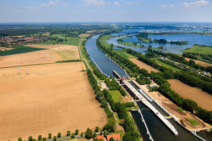 Nederland, Limburg, Gemeente Maasgouw, 27-05-2013; ingang Lateraalkanaal LInne-Buggenum, met sluis Heel. Sluiskolk wordt verbouwd.  De kleinere sluis (re) is Linne, deze geeft toegang tot de Maasplassen.<br /> Entrance Meuse Lateral Canal Linne-Buggenum. Lock chamber is widened. Acces to Meuse and Meuse-lakes near Roermond.<br /> luchtfoto (toeslag op standaardtarieven);<br /> aerial photo (additional fee required);<br /> copyright foto/photo Siebe Swart.